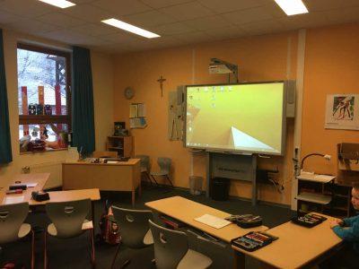Klassenfoto mit Whiteboard